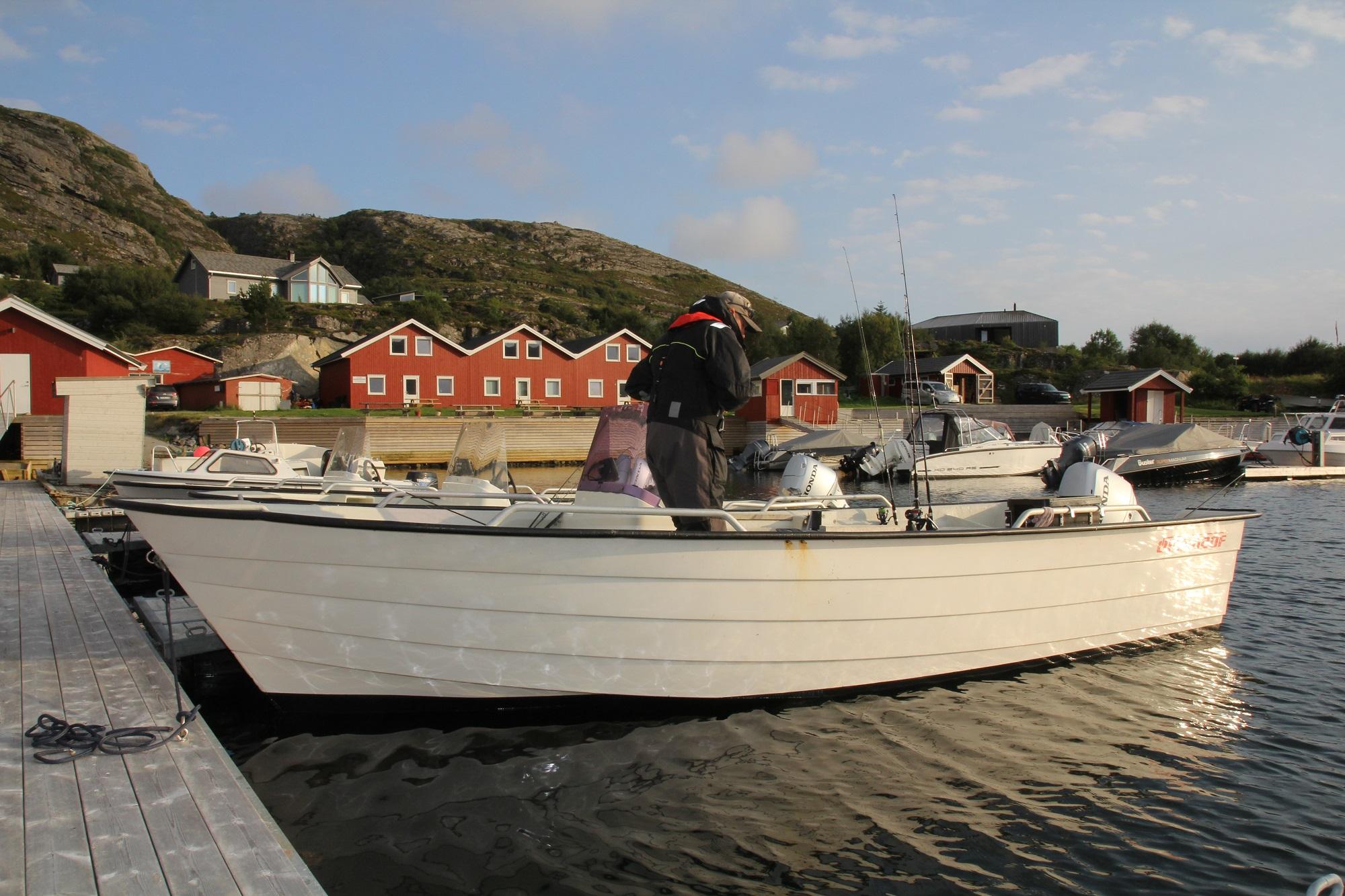Bis zu 20 Fuß lange und 50 PS starke Øien-Boote liegen im Hafen vor den Ferienhäusern