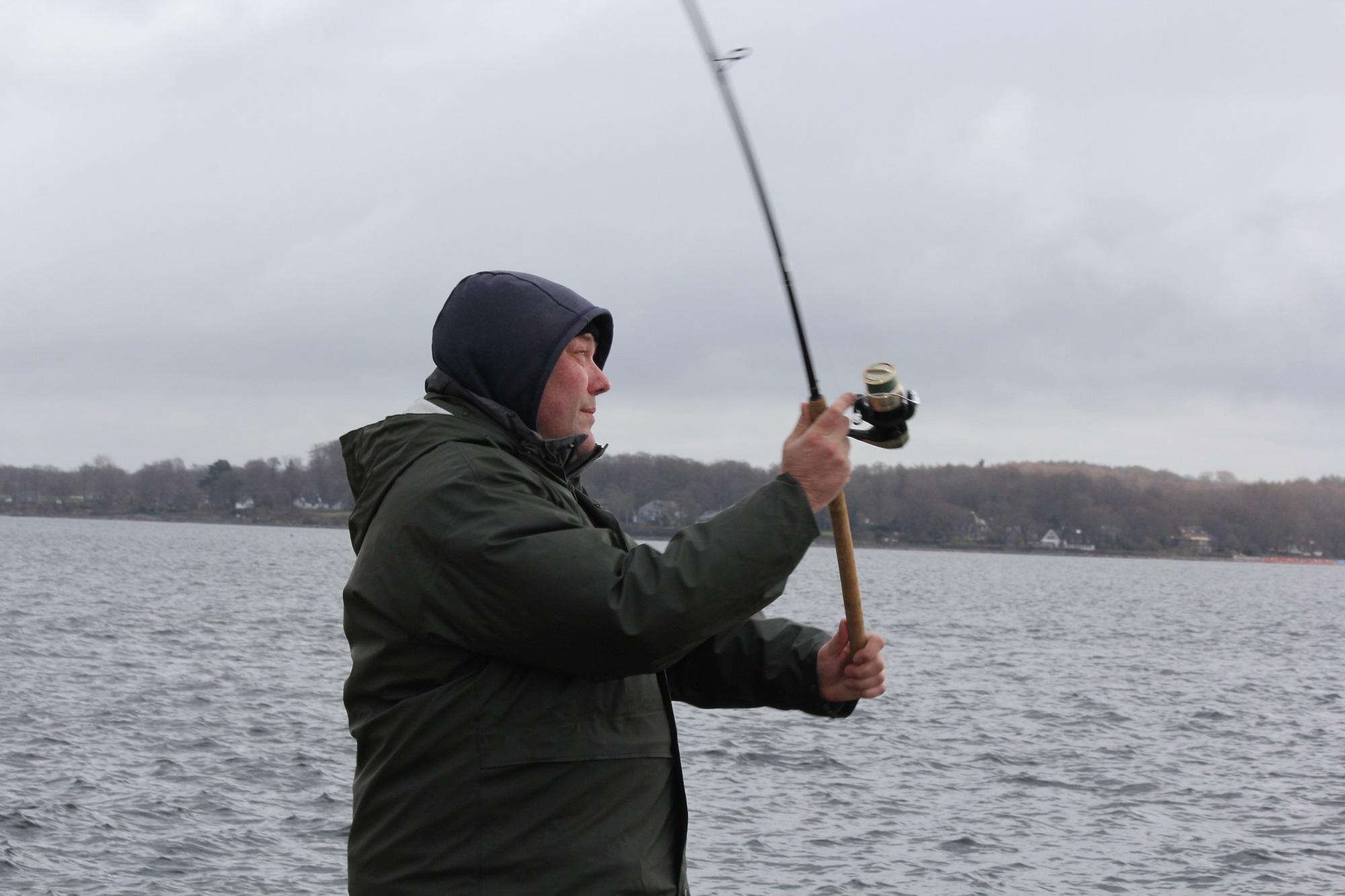 Boardie @Jan_Cux bei seinem ersten Wurf auf Hering am Tiessenkai. Sind die Schwärme in der Nähe? Gespannt hofft er auf den ersten Fischkontakt.Boardie @Jan_Cux bei seinem ersten Wurf auf Hering am Tiessenkai. Sind die Schwärme in der Nähe? Gespannt hofft er auf den ersten Fischkontakt.