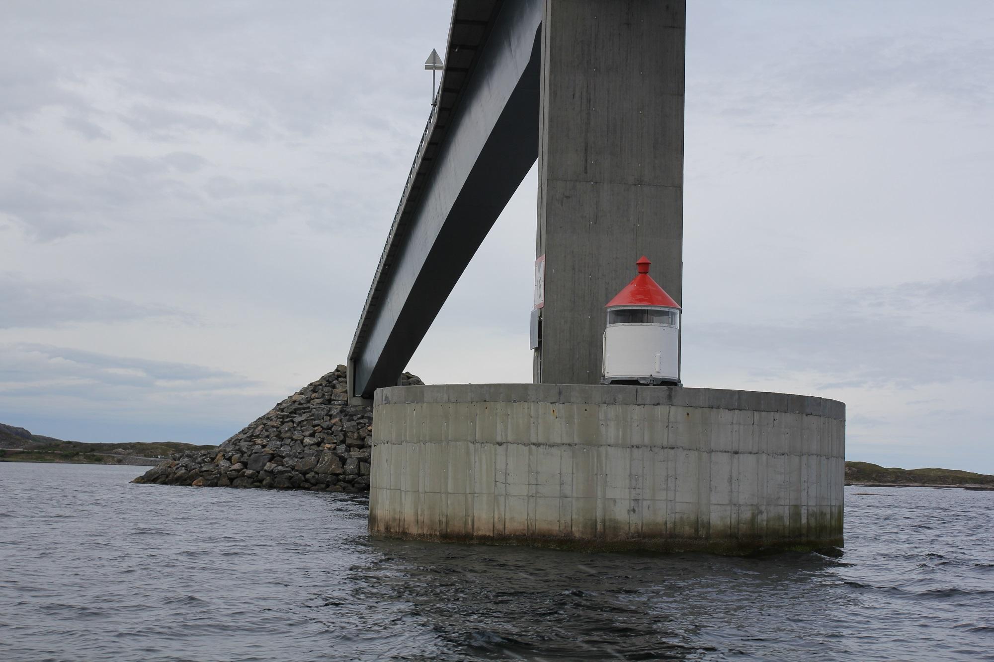 Ein Brückenpfeiler aus Beton in Norwegen zum Pollackfischen.