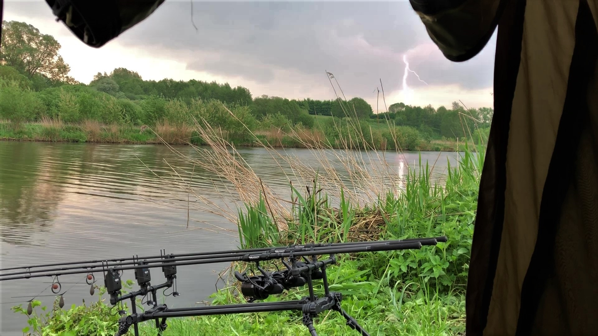 Die Blitze erhellen den Himmel. Hier hat Jesco die Montagen eingeholt, weil er nicht im Gewitter einen Fisch drillen will. Doch kurz nach dem Unwetter begann die Beißzeit der Karpfen