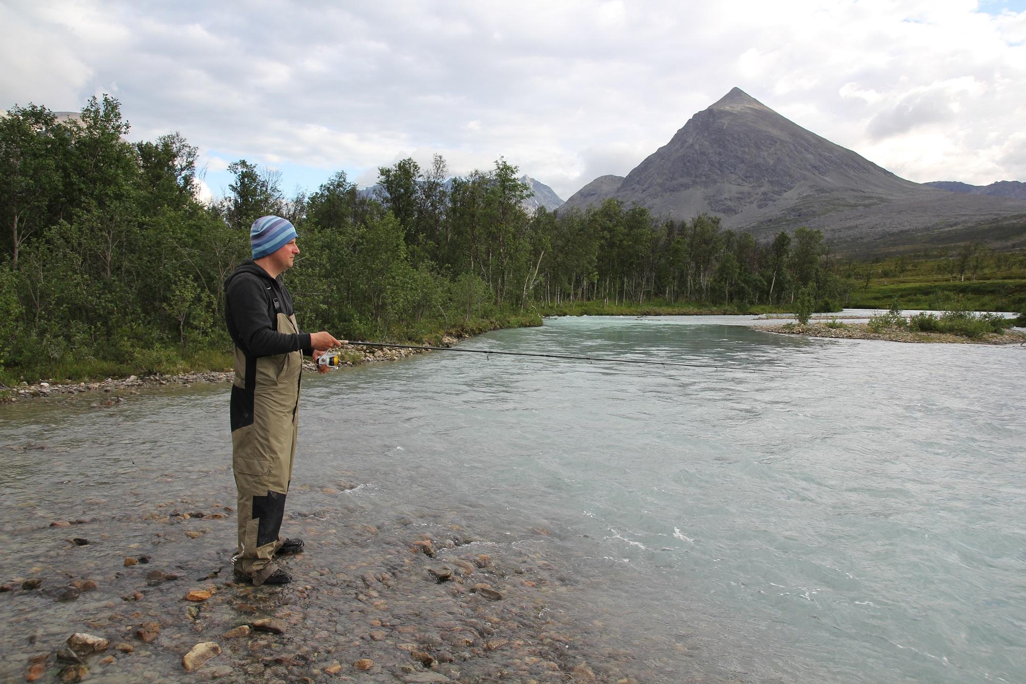 Am Ende des Fjordes befindet sich ein Lachsfluss, der auch Saiblinge beheimatet